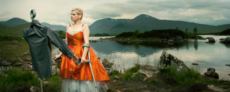 Claire Cunningham (photo: Sven Hagolani)